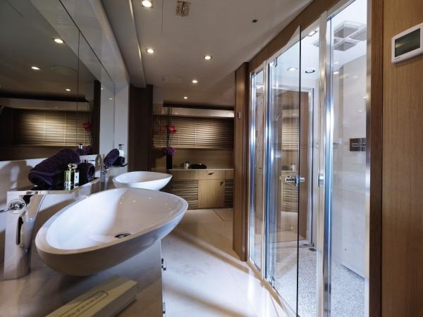 7-Luxury-yacht-shower-room-600x450