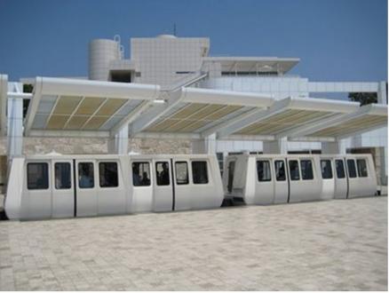 ایستگاه تراموا در ورودی مجموعه