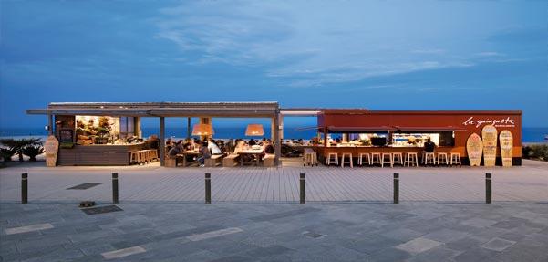 طراحی ساده و زیبای رستوران ساحلی در بارسلون / اسپانیا