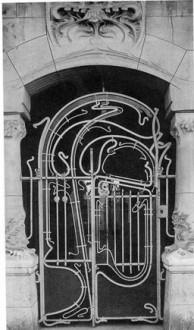 در ورودی به مجموعه آپارتمانی کستل برانگر در پاریس1998