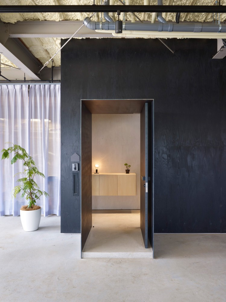 516c736db3fc4bc7f90000d6_house-in-yoro-airhouse-design-office_14_entrance_02-749x1000