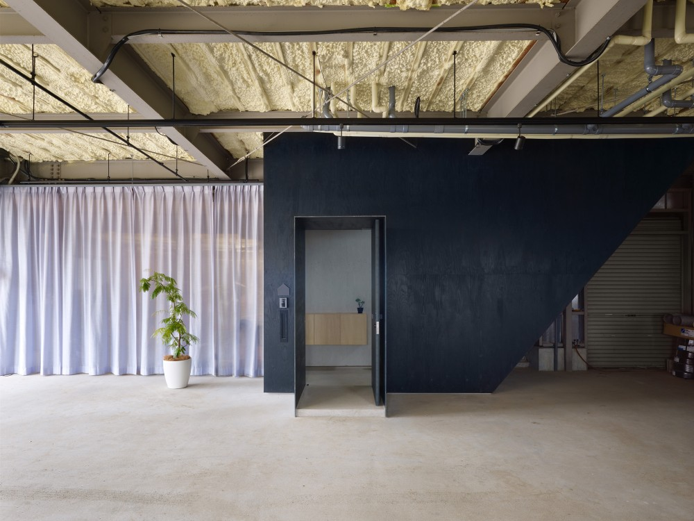 516c7470b3fc4bc7f90000dc_house-in-yoro-airhouse-design-office_05_entrance-1000x750