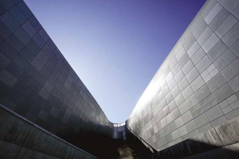 zaha-hadid-dongdaemun-design-park-plaza-designboom-06
