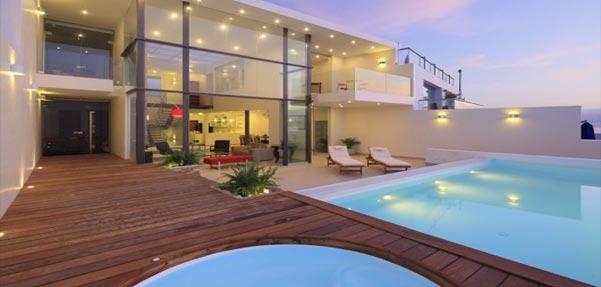 خانه کریستالی ; جعبه ای شیشه ای با سقف بتنی