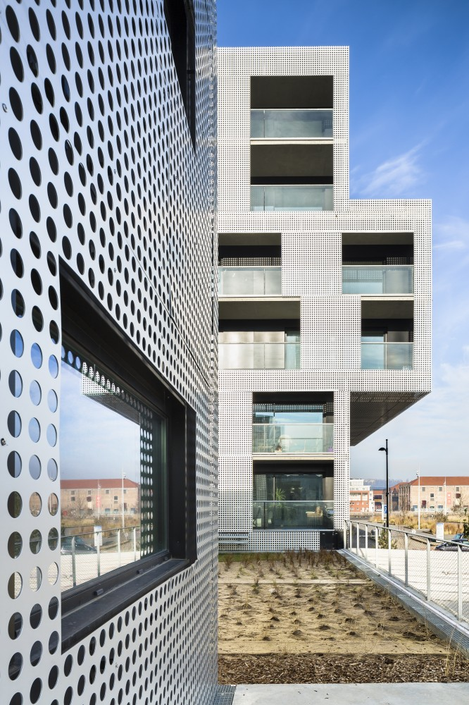 5405052cc07a803f00000054_le-havre-cote-docks-vauban-philippe-dubus-architecte_photo-sergio-grazia-ph_dubus-le_havre_imp-006-666x1000