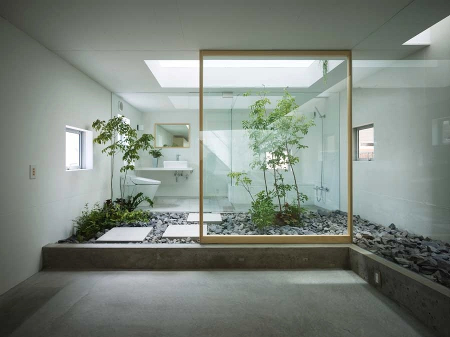 Japanese-style-zen-bathroom-with-courtyard