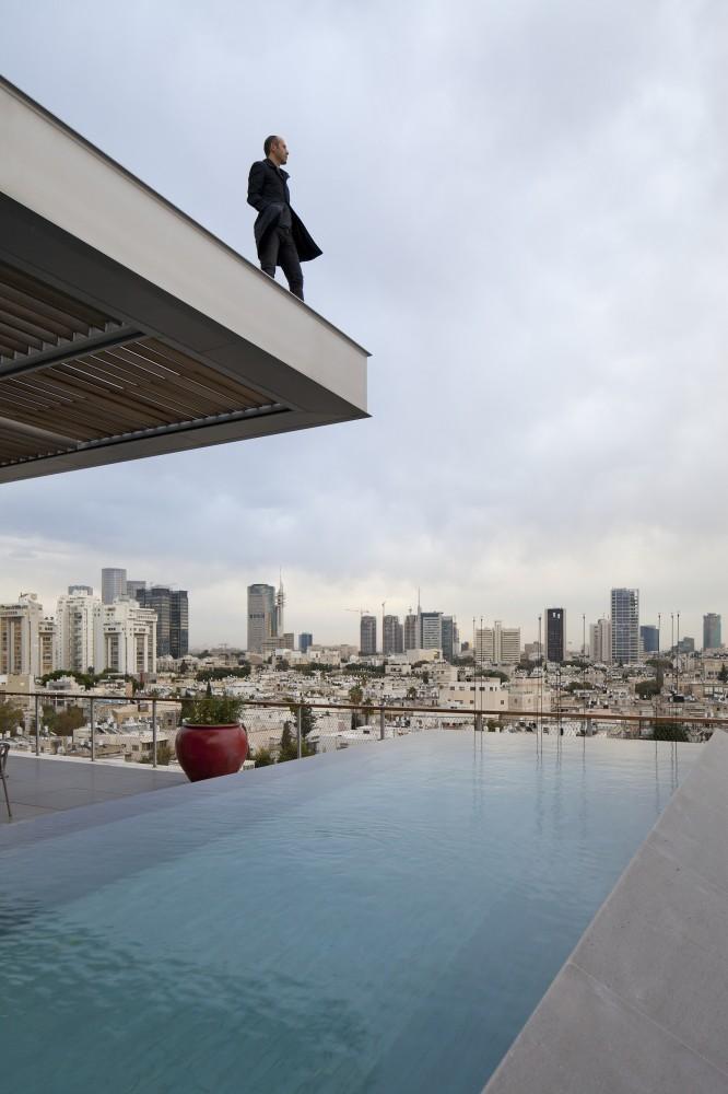 53aa13d5c07a8033bd00003d_open-and-transparent-to-the-city-pitsou-kedem-architects_rachel_yanai_066-666x1000