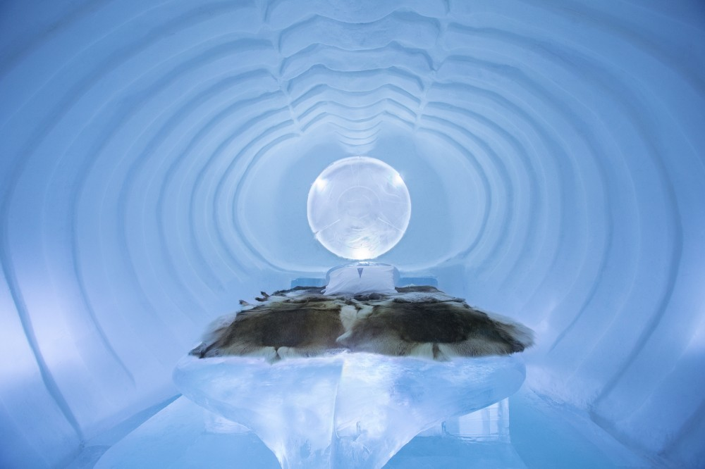 530f2707c07a802c76000152_a-place-to-chill-sweden-s-ice-hotel_blue_marine_-_photo_paulina_holmgren-1000x666