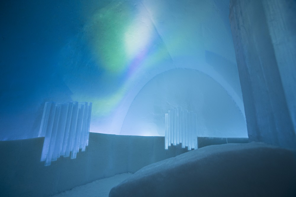 530f27dac07a802c76000153_a-place-to-chill-sweden-s-ice-hotel_northern_lights_suite_-_photo_paulina_holmgren-1000x666