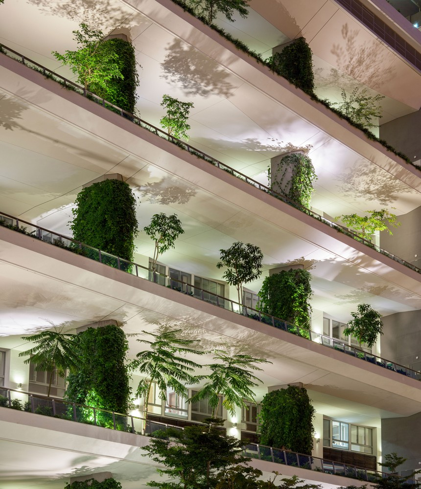 54bef97ee58eceef7000015b_jardin-dp-architects_silhouettes-of-the-foliage-create-delightful-effects-on-the-ceiling-860x1000