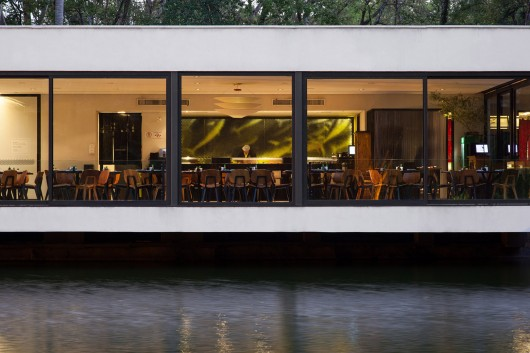 5497a62ee58ece9bf400010e_lake-s-restaurant-mass-arquitetura_13209-mass-restlago-413-archdaily-530x353