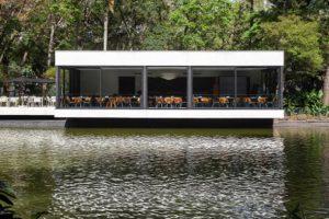 رستوران مدرن بر روی دریاچه ای کوچک