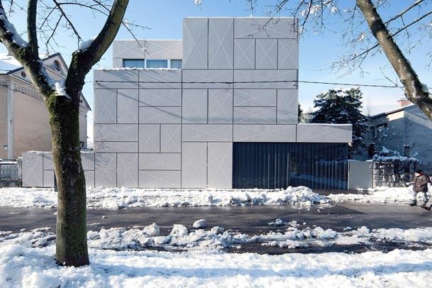 ویلا criss-cross envelope یک راه خلاقانه برای ازبین بردن زشتی باد بندها در نمای ساختمان