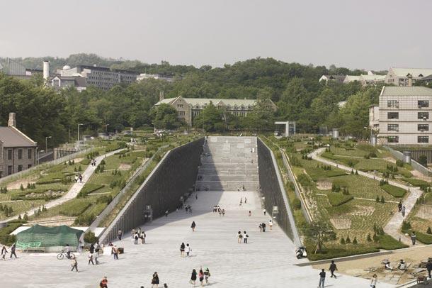 دانشگاه زنان ایوها که موفق به دریافت جوایز متعدد معماری شده است