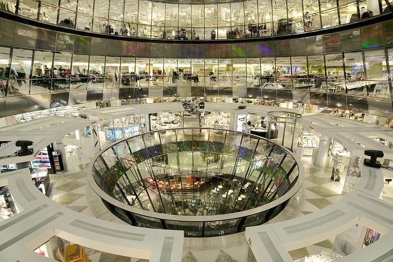 Panorama-Ansicht Innenarchitektur der Galeries Lafayette Berlin (Architekt: Jean Nouvel)