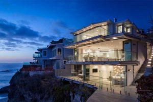 طراحی داخلی هنرمندانه ویلا clifftop در سواحل Laguna کالیفرنیا