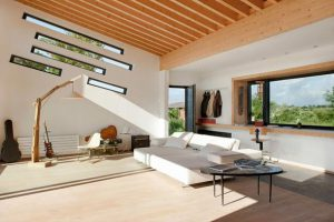 پنجره های مورب که باعث زیبایی وجذابیت خانه هامی شود