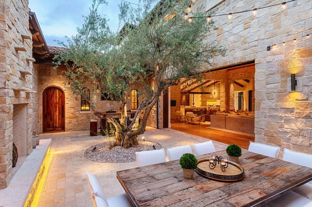 Gorgeous-outdoor-dining-with-a-Mediterranean-appeal