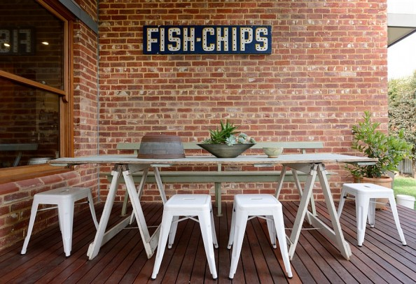 Make-smart-use-of-the-space-on-offer-with-an-elegant-outdoor-dining-setup