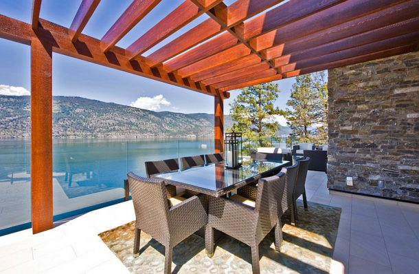 Simple-dining-spaceputs-the-focus-on-the-view-outside