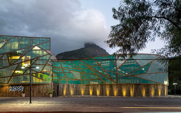 نمای جذاب شیشه ای یک مدرسه در برزیل