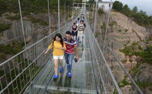 عکسهایی از طولانی ترین پل شیشه ای دنیا؛ ترسناک اما فوق العاده!