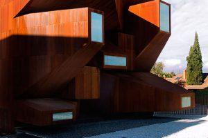 نمای عجیب کلیسای سانتا مونیکا ;کاری از گروه معماری  vicens and ramos