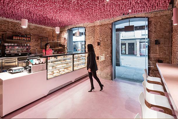 طراحی داخلی فروشگاه شیرینی فروشی مادرید توسط استودیو معماری virginia del barco