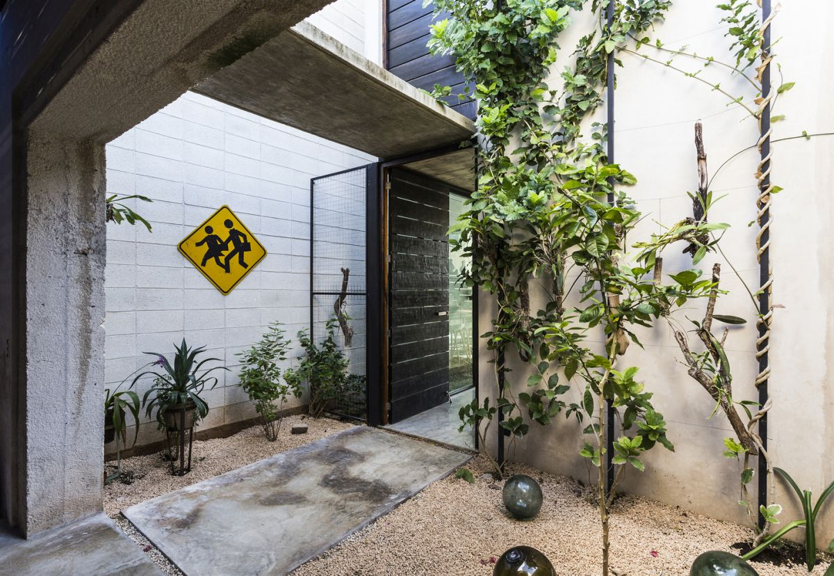 Raw-House-in-Yucatan-entrance-and-front-yard