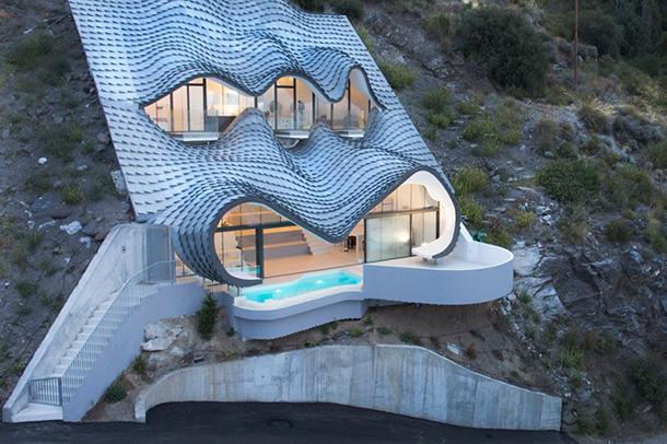 طراحی منحصر به فرد اقامتگاه فلزی در دل صخرههای سواحل مدیترانه