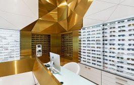 طراحی داخلی فروشگاه سام اپتیک با انتخاب متریال برنج خش دار طلایی