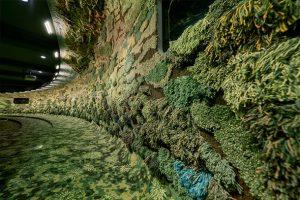 اجرای دیوار سبز با پارچه پرزدار شده سبز رنگ