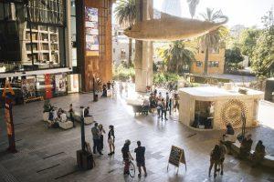 طراحی ایستگاه موقت رادیویی با ایده ای خلاقانه در مرکز فرهنگی گابریلا میسترال